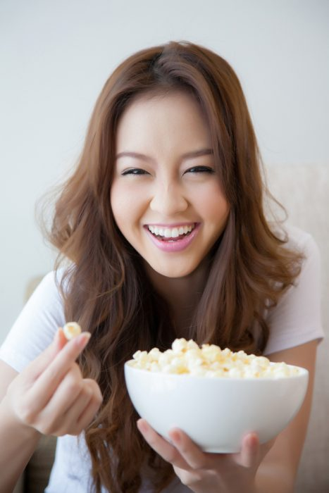 chica comiendo palomitas