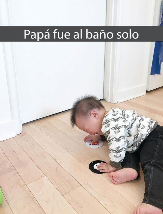 niño llorando fuera del baño