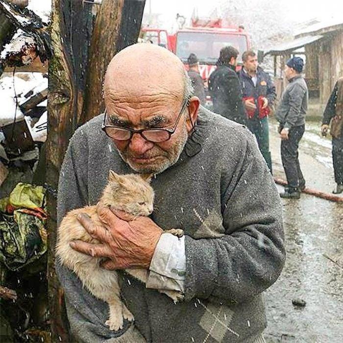 Hombre abrazando un gatito
