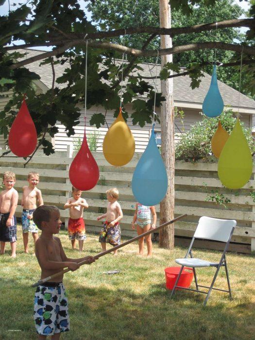 niños jugando a las piñatas de globos llenos de agua
