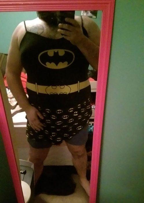 hombre con pijama de mujer de batman