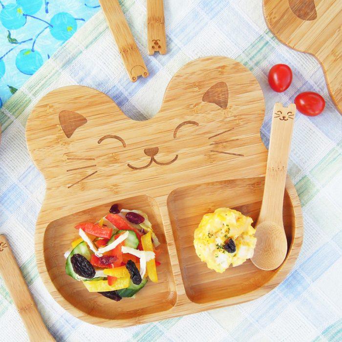 plato de comida para niño de madera en forma de conejito