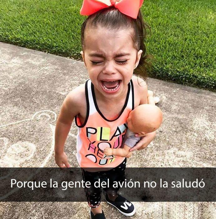 niña llorando porque no la saludaron los pasajeros de un avión