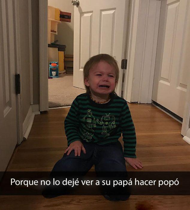 niño llorando porque no lo dejaron entrar al baño con su papá