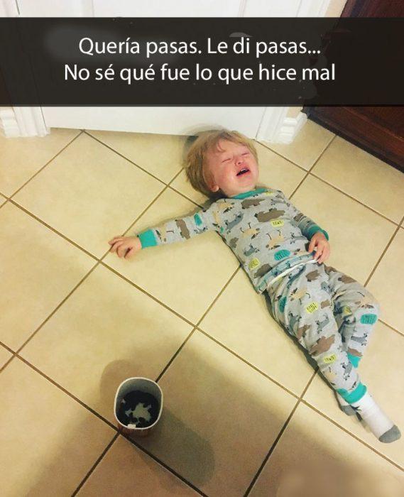 niño llorando tirado en el suelo