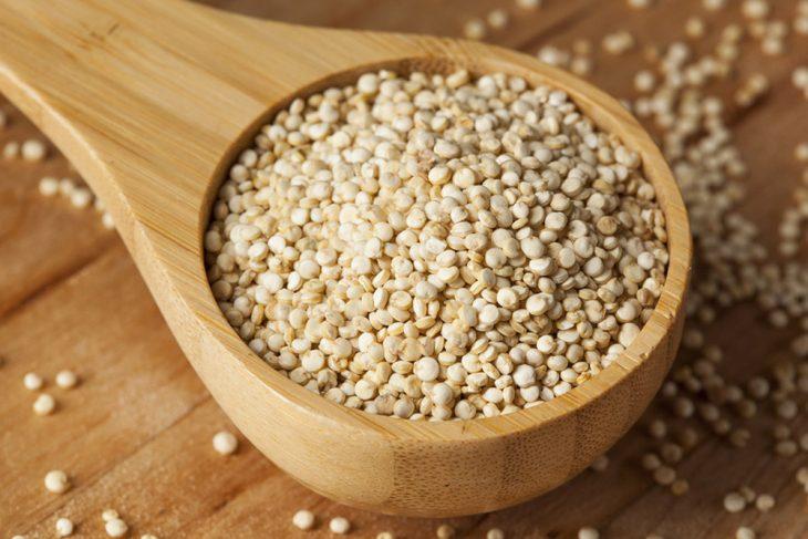 cuchara de madera con quinoa
