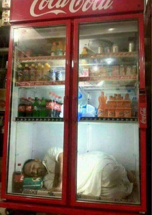 hombre metido en un refrigerador