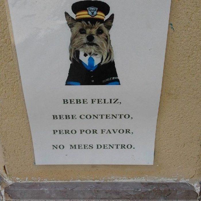 cartel de inodoro con perrito