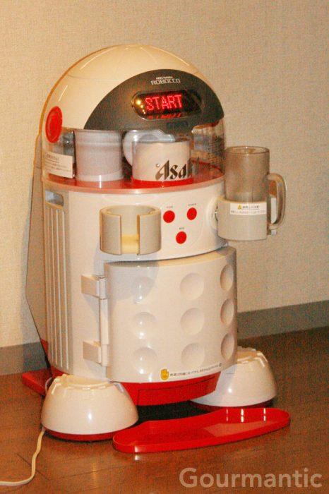 robot que sirve las latas