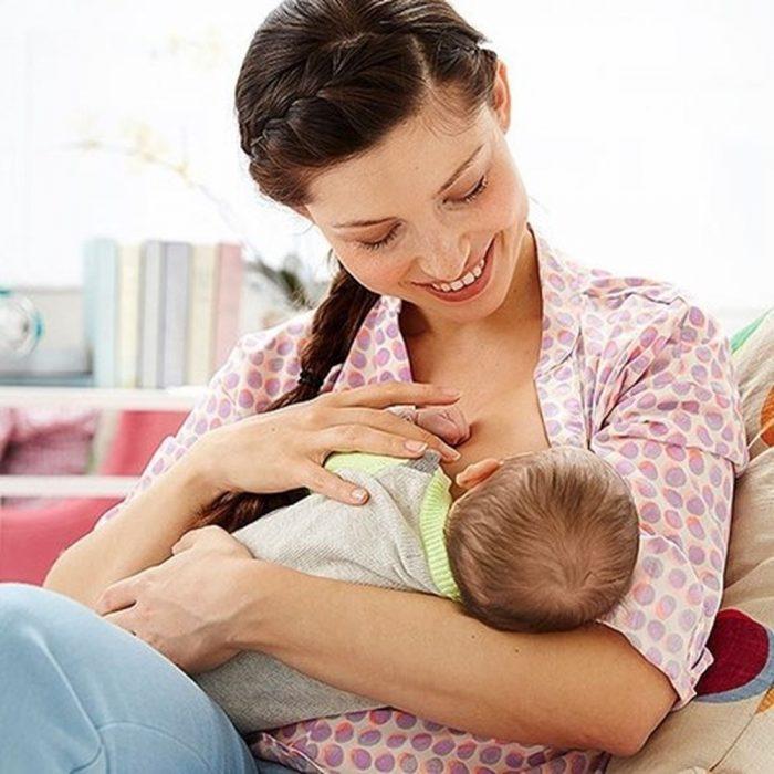 mujer amamantando a su hijo