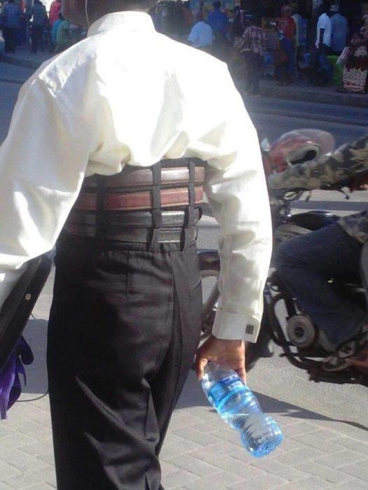 hombre con cuatro cinturones