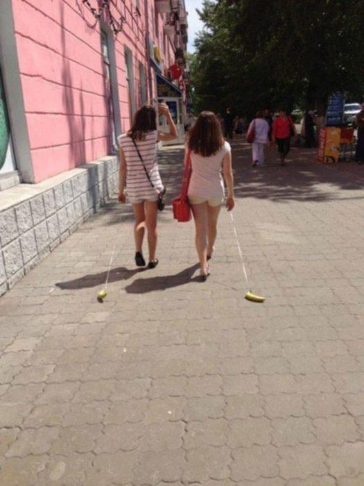 mujeres sacando a pasear a unas bananas