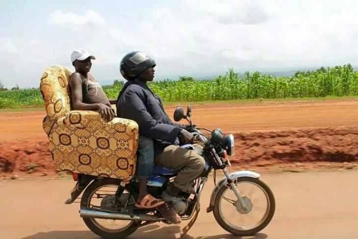 chavo en moto lleva a otro chavo en un sillón