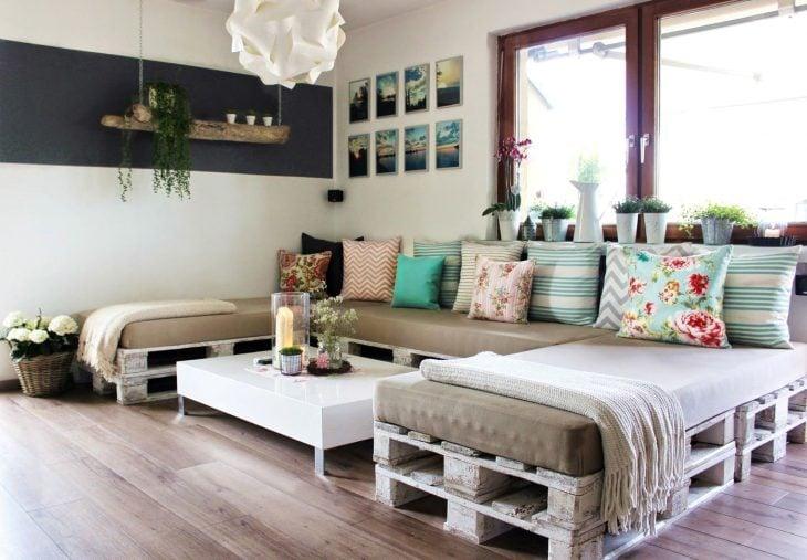 sillón cama hecho con rejas de madera