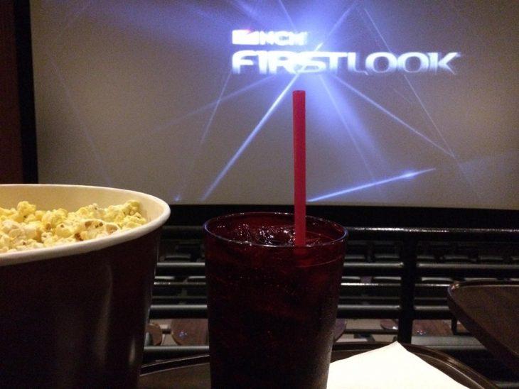 palomitas y vaso en un cine