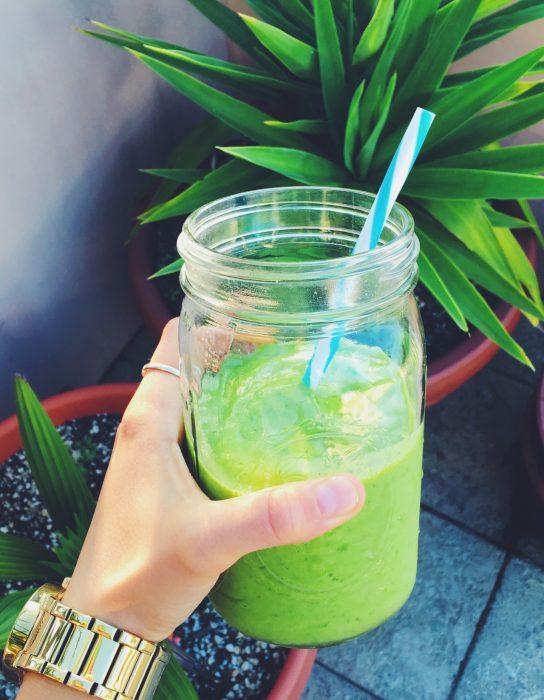 smoothie verde y una palmera