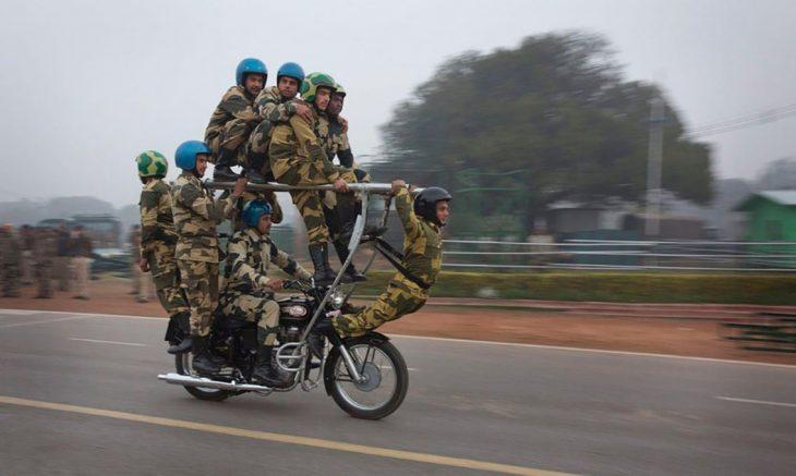 varios soldados en una moto