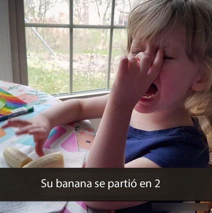 niña llorando porque su plátano se partió en dos