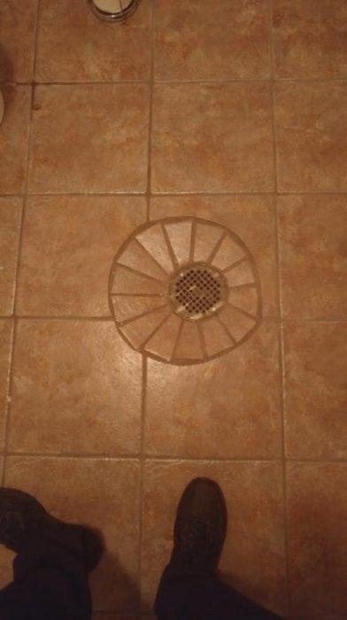 tejitas en circulo un piso de azulejos cuadrados