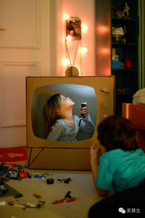 televisión hecha de cartón