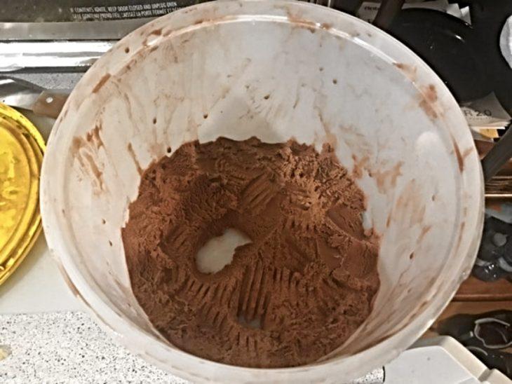 helado de chocolate raspado con tenedor