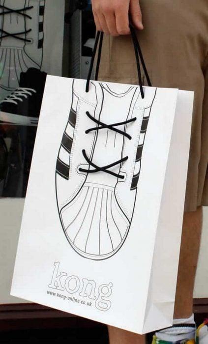 bolsa de zapatería con un converse