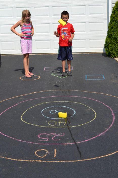 niños jugando al tiro al blanco en el patio