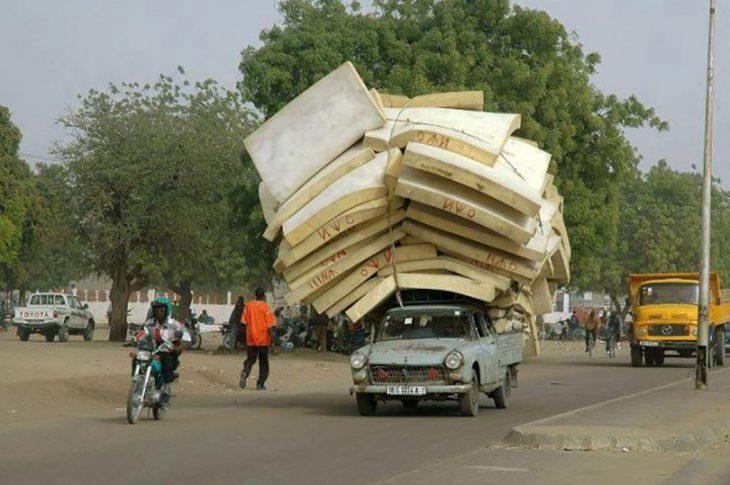camioneta cargada de colchones