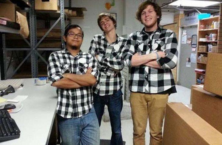 tres chicos con camisa a cuadros