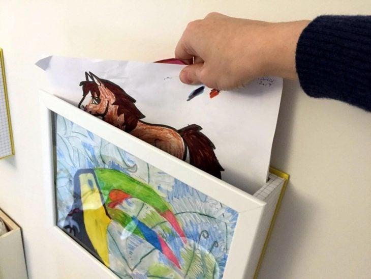 marco y caja como expositor de arte infantil