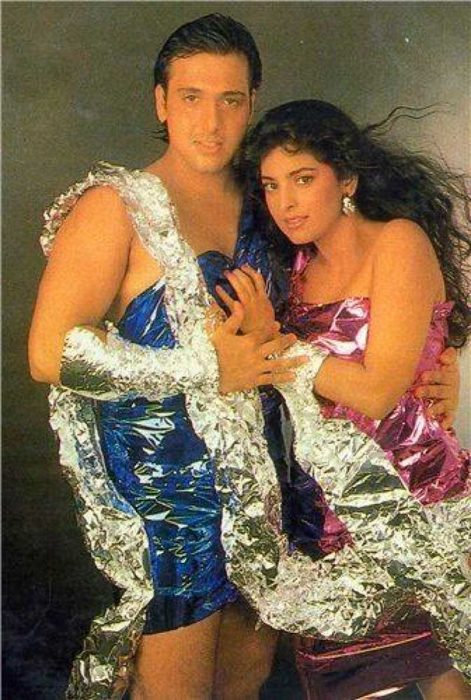 hindúes con vestidos metálicos