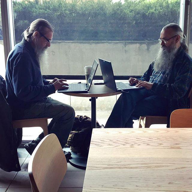 dos señores barbones que se parecen mucho