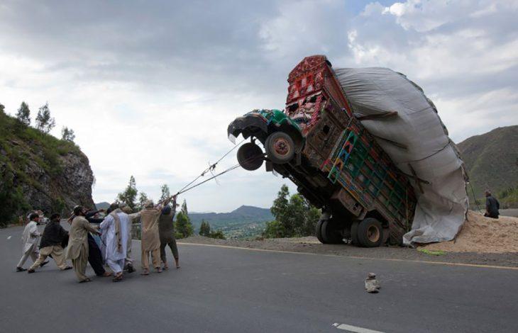 camión volcado por exceso de peso
