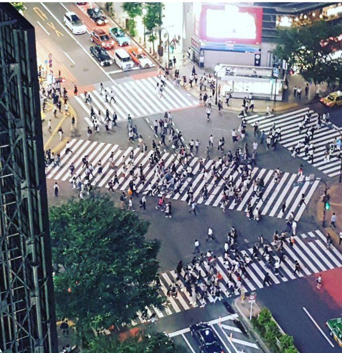 cruzar la calle de forma diagonal