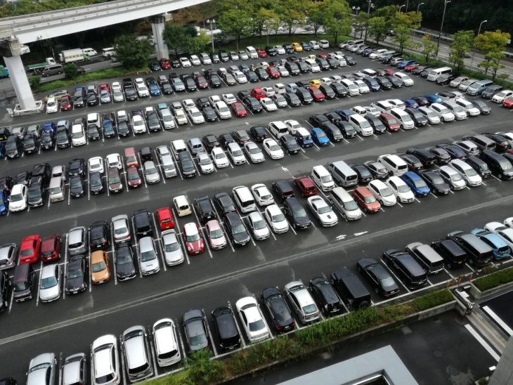 se estacionan en reversa