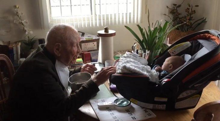 abrazo entre un bebé recién nacido y su bisabuelo de 105 años