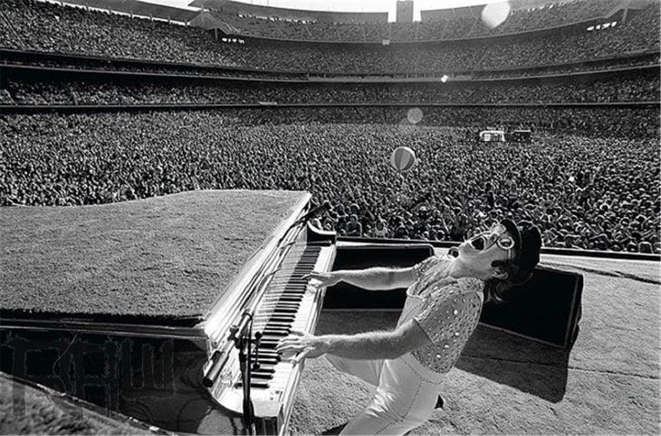 Elton John en un concierto en el estadio de Los Ángeles, 1975