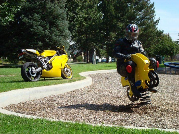 motociclista en una moto de juguete