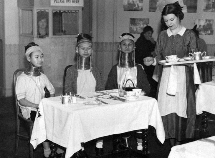 """""""Mujeres jirafas"""" tomando el té en Inglaterra, 1935"""