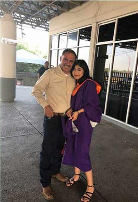Cruza la frontera en su graduación para ver a su padre