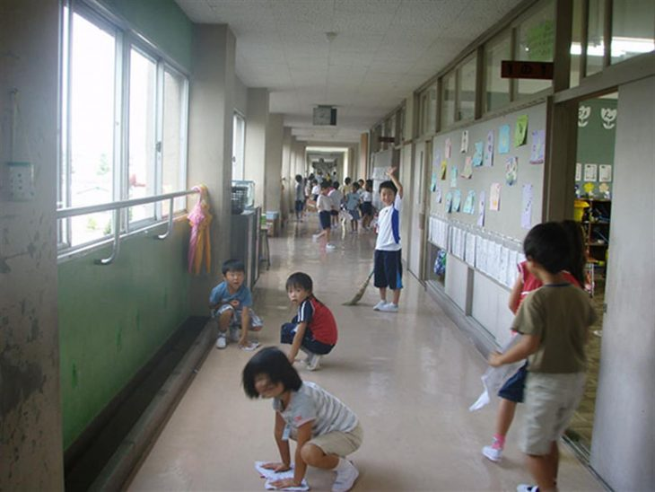 niños limpiando escuela en japón