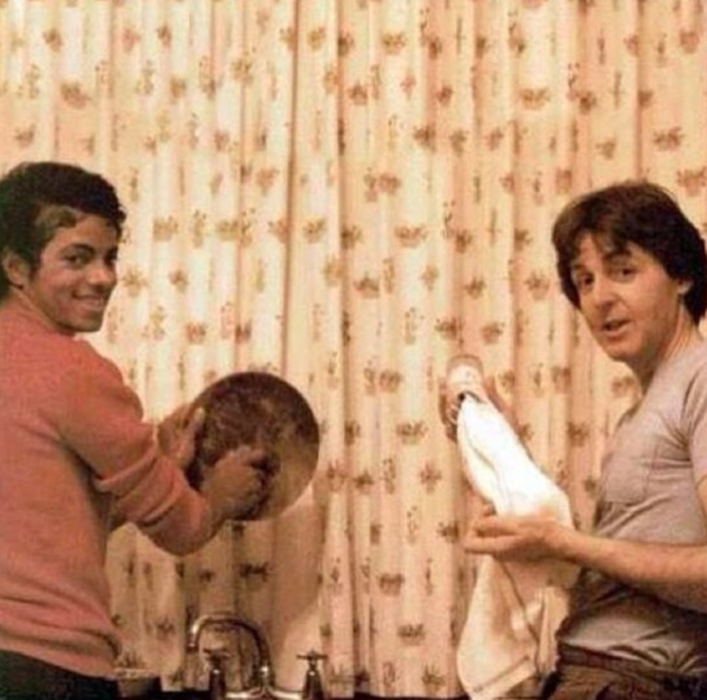 Michael Jackson y Paul McCartney lavando los platos