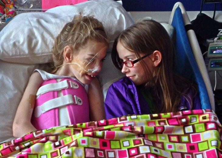 niña y hermana en el hospital
