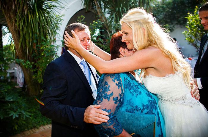 Ven a sus hijas con vestido de novia Recreo Viral