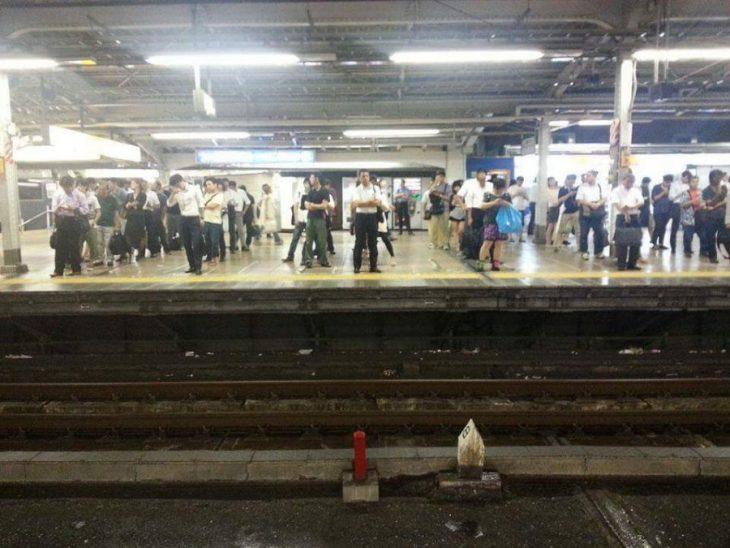 japoneses esperan en fila la llegada del tren