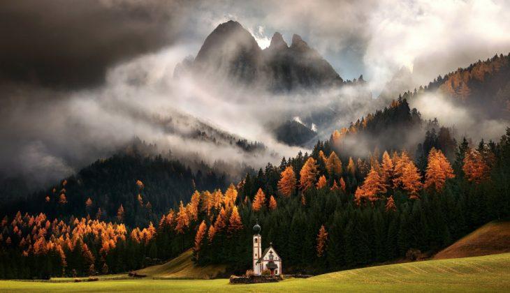 Iglesia en Los Dolomitas, Italia