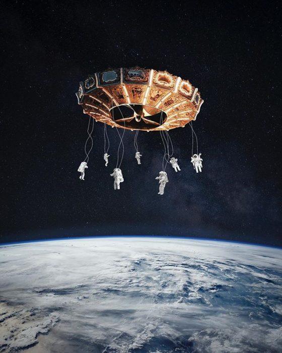 montaje de astronautas en un carrusel