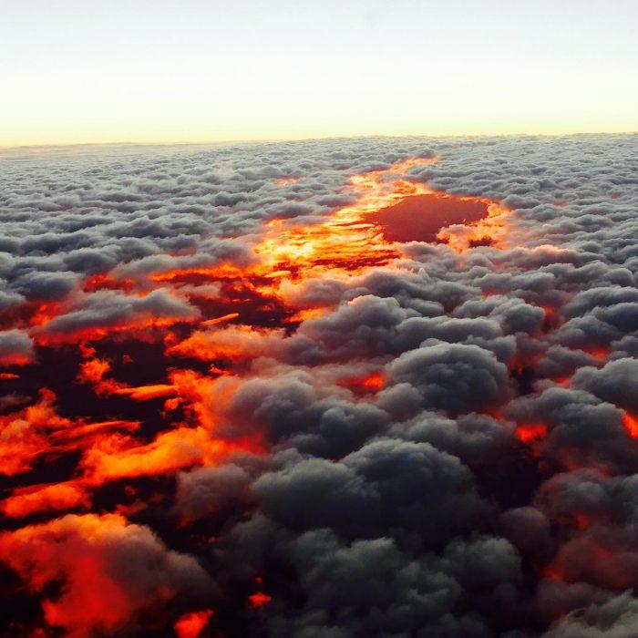 Puesta de sol vista sobre las nubes, Australia