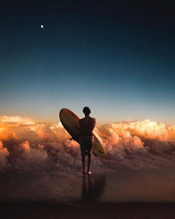 montaje de un surfista sobre las nubes