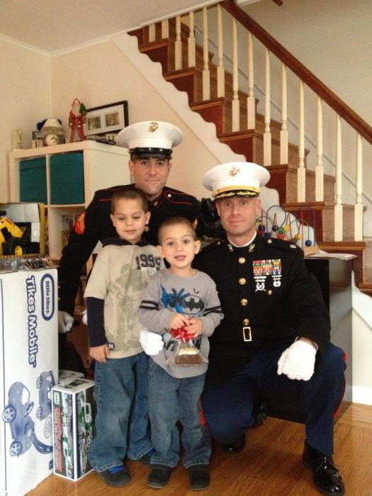dos marinos y dos niños